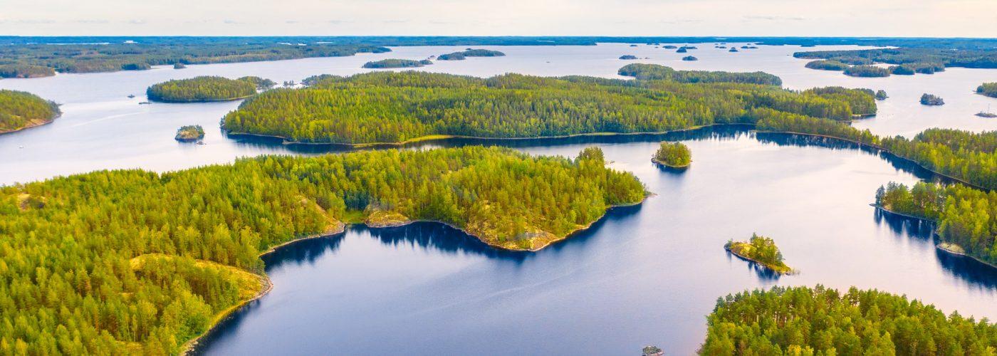ilmakuva järvimaisema ja metsää